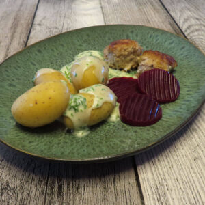 Økologiske frikadeller med kartofler og persillesovs